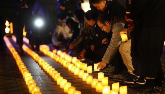 """南京大屠杀死难者""""烛光祭"""":秉烛驱暗 照亮和平之路"""